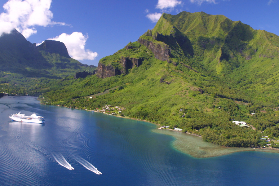 Cruise Paul Gauguin in the Cook Bay of Moorea